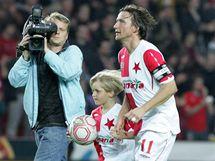 Vladímír Šmicer se synem při svém loučení s kariérou.