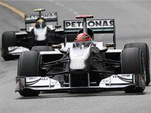 SCHUMI. Michael Schumacher jede ve Velké ceně Monaka před svým stájovým kolegou Nikem Rosbergem.