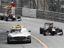 SAFETY CAR. Red Bully jedou za Safety Carem (vpravo Webber, vzadu Vettel).