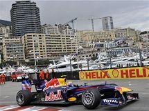 KOLEM PŘÍSTAVU. Mark Weber ze stáje Red Bull jede během Velké ceny Monaka kolem přístavu.