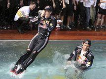 V BAZÉNU. Piloti Red Bullu Mark Webber (vpravo) a Sebestian Vettel oslavují double ve Velké ceně Monaka skokem do vody.