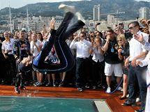 V BAZÉNU. Mark Webber oslavuje vítězství ve Velké ceně Monaka skokem do vody.