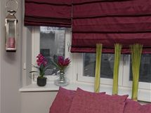Sčalouněným nábytkem jsou barevně sladěné i římské rolety