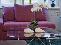 Pokoj doplňuje několik skleněných stolků, které nabízejí odkládací plochu