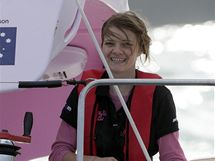 Australská jachtařka Jessica Watsonová  připlouvá do přístavu v Sydney, kde zakončila svou  plavbu kolem světa.