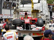 Odvážený zdemolovaný monopost ferrari Fernanda Alonsa v Monte Carlu.