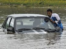 Místní se snaží projet po zatopené silnici na severozápadě Maďarska (17. května 2010)