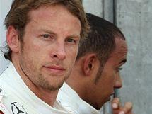Jenson Button (vlevo) a Lewis Hamilton z McLarenu po kvalifikaci na VC Monaka