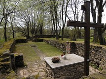 Ruiny kostela a hřbitov na zaniklé Pleši