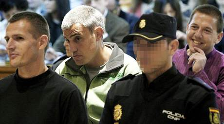 Baskičtí teroristé u španělského soudu. Zleva: Igor Portu, Mattin Sarasola a Mikel San Sebastián