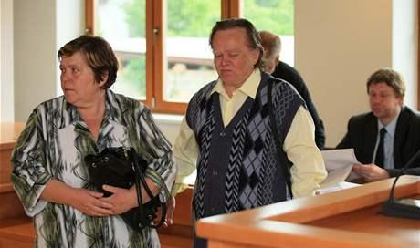 Manželé Rosnerovi u okresního soudu ve Vyškově (26. 5. 2010).