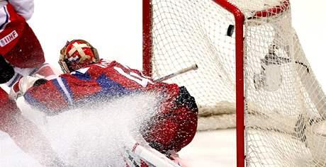 BEZMOC. Ruský brankář Varlamov už s odrazem od brusle Tomáše Rolinka nemohl nic dělat.