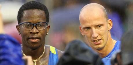 PO BOJI. Dayron Robles (vlevo) a Petr Svoboda po závodě na 110 metrů překážek