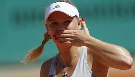 Caroline Wozniacká zdraví pařížské diváky po postupu do 2. kola Roland Garros