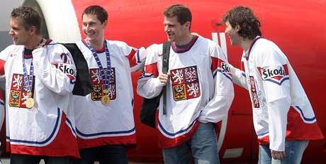 Petr Hubáček po příletu hokejových mistrů světa na pražské letiště (druhý zprava vedle Jaromíra Jágra)