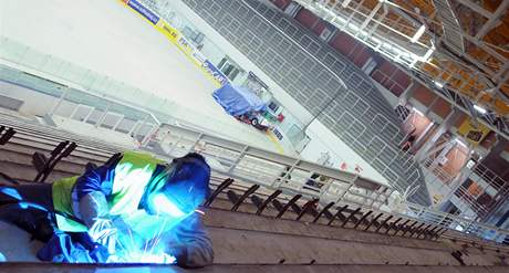 Novinkou v brněnské hale Rondo budou do nové sezony HC Komety Brno i modré sklápěcí sedačky, které nahradí dřevěné lavice (26. květen 2010)