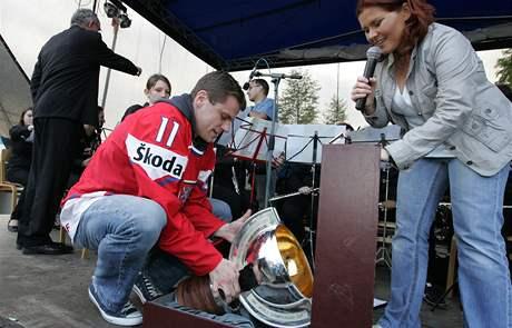 Petr Hubáček přivezl na Brněnskou přehradu před soutěžním ohňostrojem festivalu Ignis Brunensis zlatou medaili i pohár mistrů světa v ledním hokeji