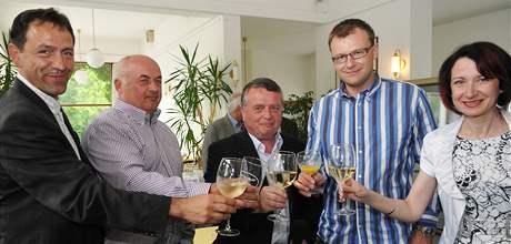Volební jednička jihomoravské ODS Václav Mencl (uprostřed) oslavuje vítězství strany v okrese Brno-město