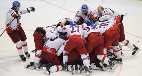JSME VE FINÁLE! Čeští hokejisté se radují poté, co v semifinále vyřadili na nájezdy Švédsko