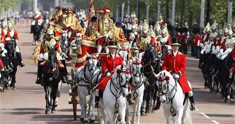 Královna přijíždí na slavnostní zahájení nového zasedacího obdobé parlamentu (25. května 2010)