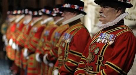 Královnina stráž čeká v parlamentu na příchod panovnice.(25. května 2010)