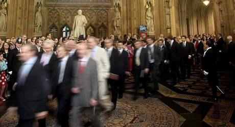 Nově zvolení poslanci směřují z dolní komory parlamentu do Sněmovny lordů na královninu řeč, kterou panovnice zahájí nové zasedací období parlamentu (25. května 2010)