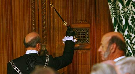 Královský posel klepe na dveře dolní sněmovny, aby vyzval poslance k návštěvě královniny řeči k zahájení nového zasedacího období parlamentu (25. kvěna 2010)