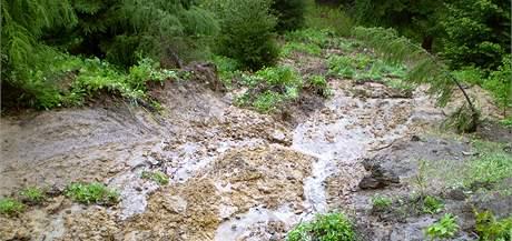 Sesuv půdy v Bukovci u Jablunkova uzavřel hlavní silniční tah na Polsko. (20. května 2010)