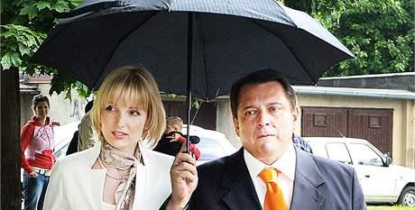 Jiří Paroubek s manželkou Petrou odevzdali volební hlasy v Teplicích. (28. května 2010)