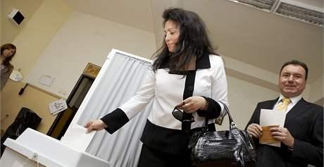 Jana Bobošíková odevzdala svůj volební hlas v Praze na Zahradním Městě. (29. května 2010)