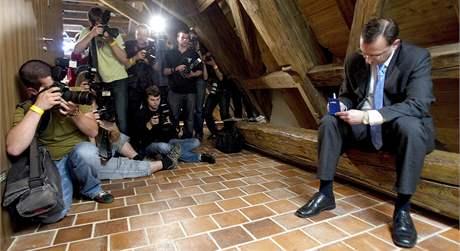 Předseda ODS Petr Nečas si v mobilním telefonu čte blahopřejné textové zprávy. (29. května 2010)