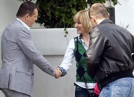 Vít Bárta, volební manažer a sponzor Věcí veřejných, se loučí s manželkou šéfa ČSSD Petrou Paroubkovou, kterou doprovází mediální poradce Jaromír Soukup (18. května 2010)