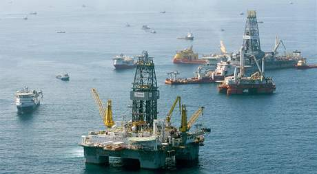 Záchranné týmy se snaží čistit okolí zřícené ropné plošiny Deepwater Horizon