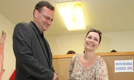 Rožnov pod Radhoštěm. Lídr ODS Petr Nečas s manželkou Radkou u voleb