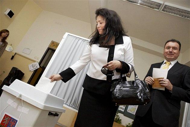 Jana Bobo�íková odevzdala sv�j volební hlas v Praze na Zahradním M�st�. (29. kv�tna 2010)