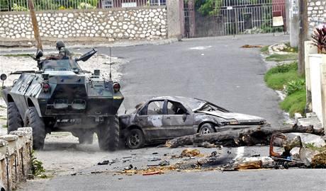 """Jamajské jednotky bojují proti příznivcům narkobarona Christophera """"Duduse"""" Cokea v centru Kingstonu"""