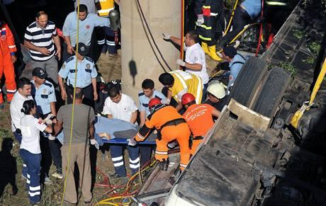 Nejméně šestnáct turistů zahynulo a dalších 25 bylo zraněno při havárii autobusu na jihu Turecka. (25. května 2010)