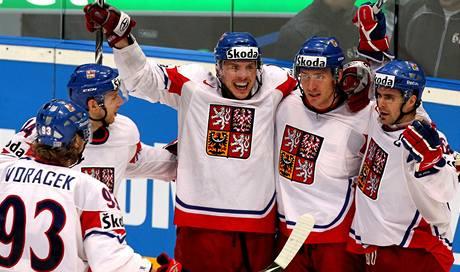 TOHLE UŽ VYPADÁ DOBŘE. Čeští hokejisté právě dali gól na dva nula.