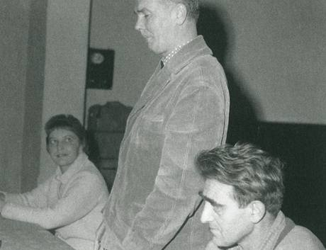 Oldřich Mikulášek a Jan Skácel (sedí u stolu) na literární besedě