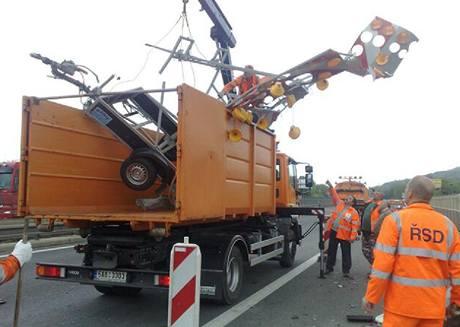 Kamion smetl na D5 u Rudné dopravní značení. (20. května 2010)
