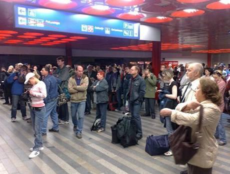 Na nádraží Praha-Vršovice strhl vlak vedení, vlaky nabírají zpoždění, některé musejí zcela objíždět pražské hlavní nádraží.