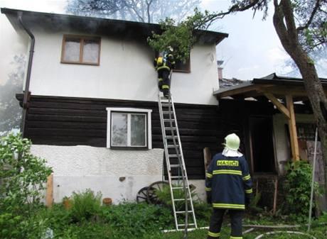 V Trojanovicích si chatař podpálil vlastní stavení, špatně opravoval střechu. (25. května 2010)