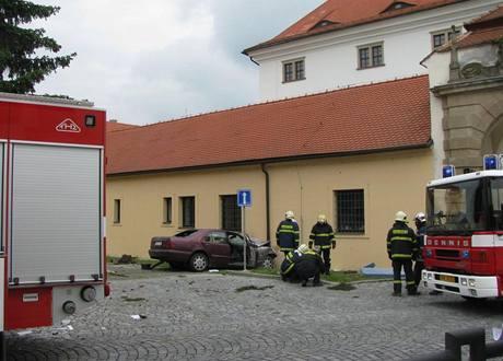 Řidič nezvládl zatáčku a narazil do zdi zámku v Uherském Ostrohu. (27. května 2010)