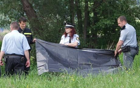 V řece Mži v Plzni leželo tělo muže, na břehu podomácku vyrobená zbraň. (29. května 2010)