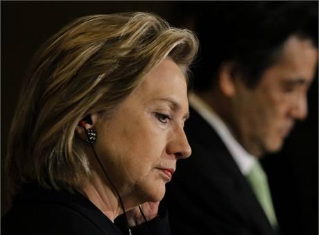 Hillary Clintonová v Japonsku. V pozadí japonský ministr zahraničí Kacuja Okada (21. května 2010)