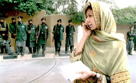 Christina Lamb, slavná válečná zpravodajka deníku Financial Times, jednou útok na Benazir Bhuttovou odnesla zraněním. Pákistánskou vůdkyni útok tehdy minul, o pár let později už ale ne.