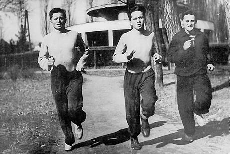 Bratři (zleva) Ctirad a Josef Mašínovi a Milan Paumer si před útěkem z komunistického Československa na Západ zlepšují fyzickou kondici.