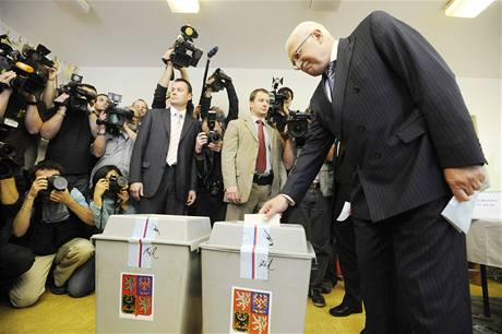 Prezident V�clav Klaus volil v Praze - Kobylis�ch. (28. kv�tna 2010)