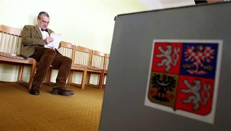 Karel Schwarzenberg odevzdal svůj volební hlas v Sýkořicích na Rakovnicku. (28. května 2010)