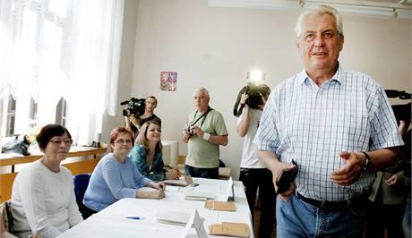 P�edseda SPOZ Milo� Zeman odevzdal sv�j volebn� hlas v �st� nad Labem. (28. kv�tna 2010)
